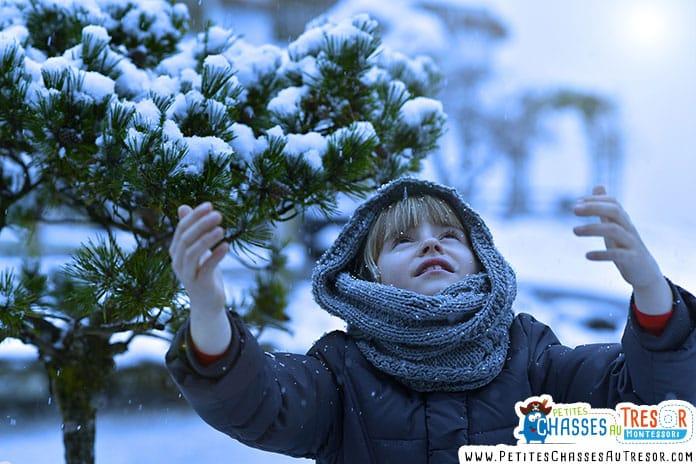 enfant qui regarde le ciel en hiver