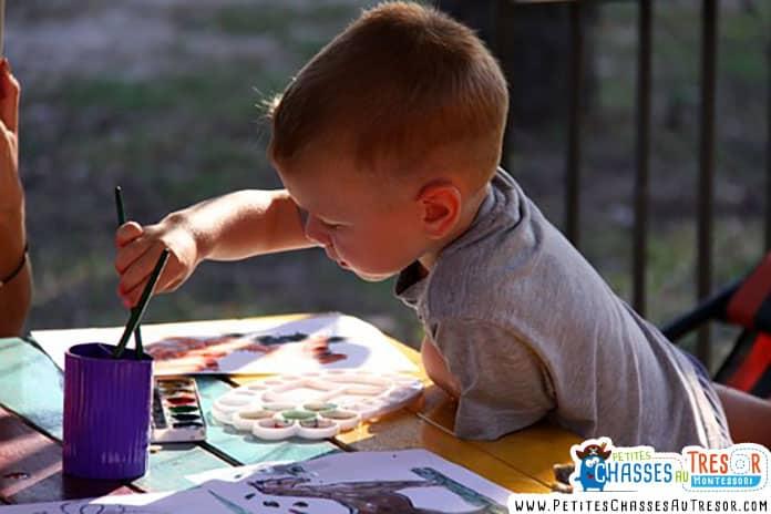 Enfant qui s'amuse à peindre