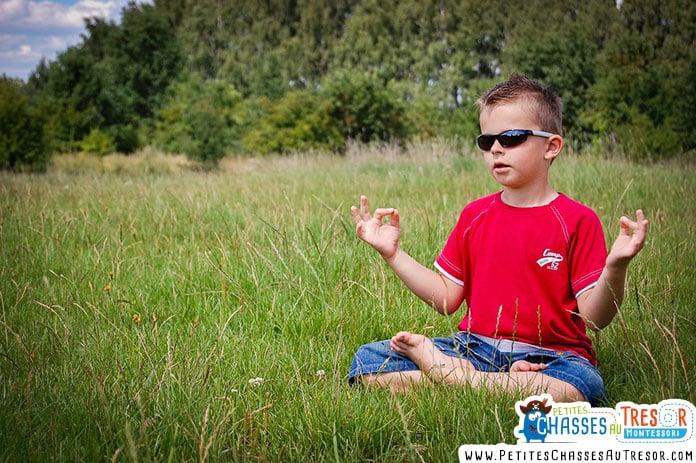Un enfant zen dans la nature