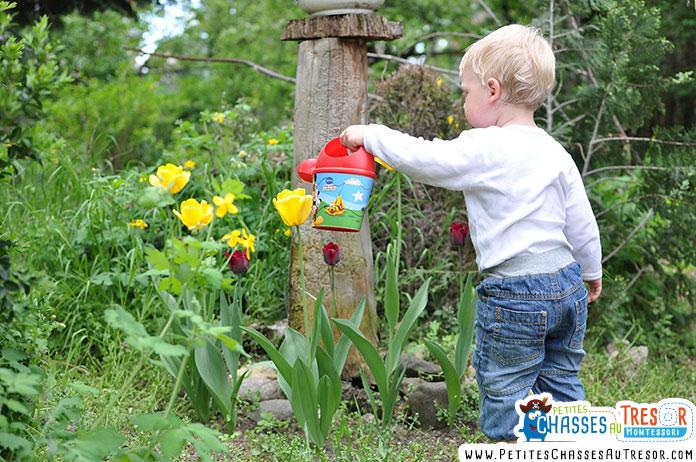 un enfants s'amuse à arroser les plantes