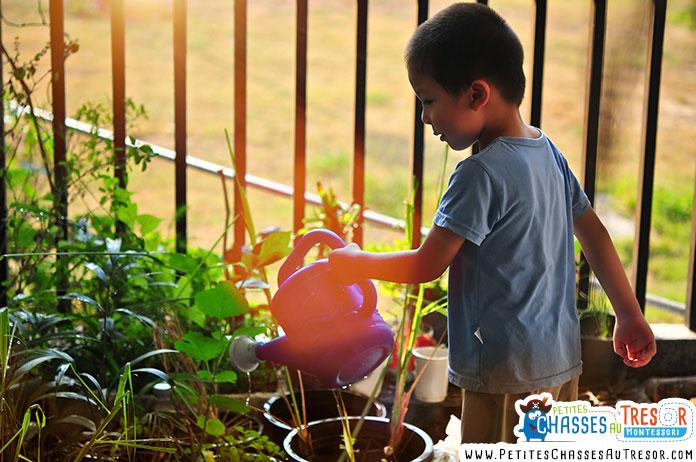 un garçon prends soin de la nature