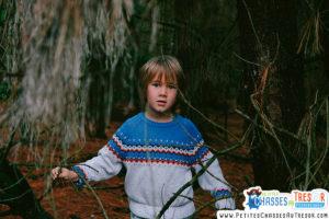 Un enfant qui joue dans la nature s'épanouit