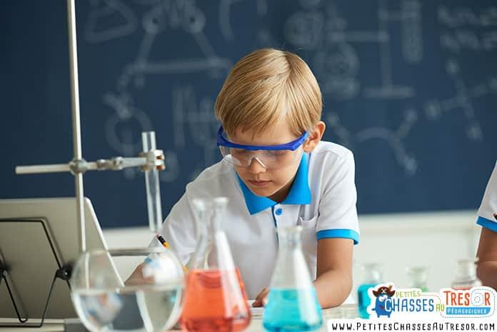 un enfant s'amuse avec des expériences scientifiques